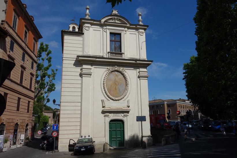 Den vackra gaveln på kyrkan San Gregorio della Divina Pietà, Rom.
