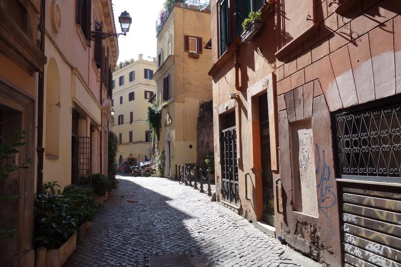 Vacker gränd i centrala Rom.