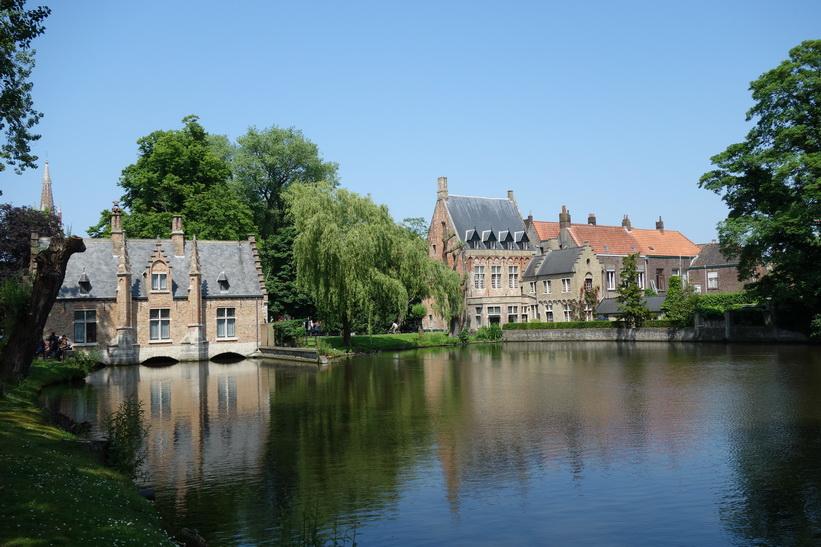 Arkitektur vid lilla sjön Minnewater i centrala Brygge.