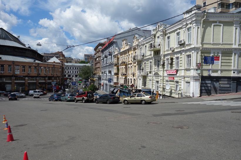 Jag bor ett stenkast från paradgatan Khreschatyk som kan skymtas längst ner i bild, Kiev.