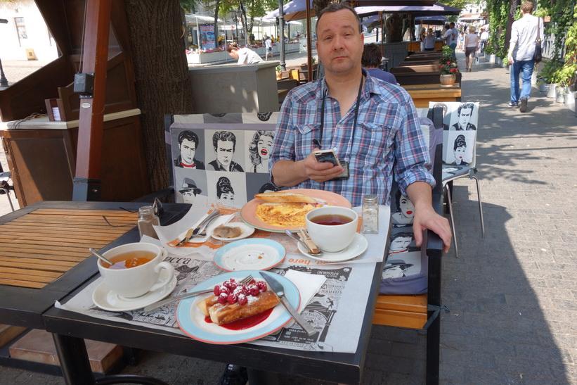 Pähr äter frukost på Steakhouse i Odessa.