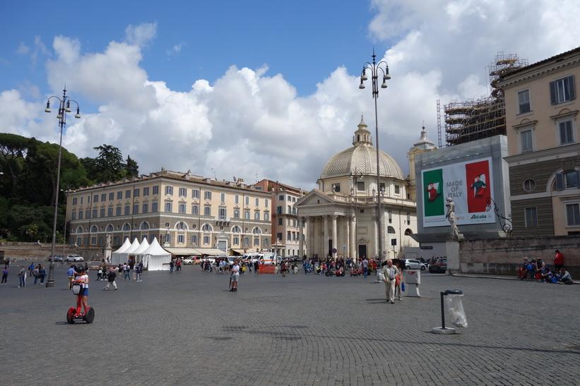 Kyrkan Santa Maria in Montesanto vid torget Piazza del Popolo, Rom.