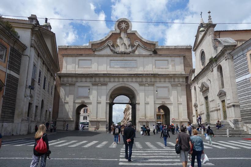 Porta del Popolo, vid torget Piazza del Popolo, Rom.