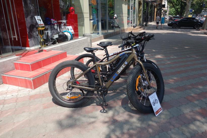 Cykel med rejäla däck till salu i centrala Odessa.