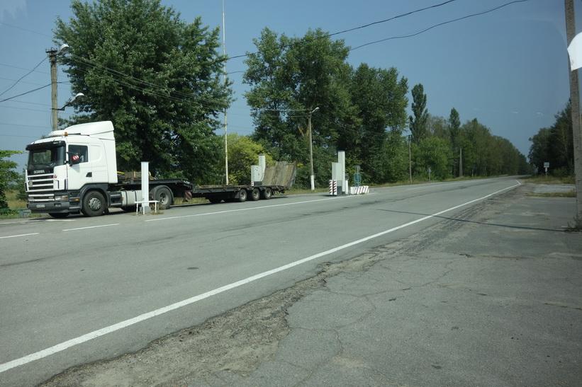 En lastbil passerar strålningskontrollen vid checkpoint för exkluderingszonen vid 30 km.