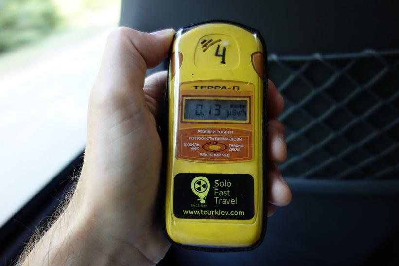 Geigermätaren visar 0.13 mikrosievert vid checkpoint för exkluderingszonen vid 30 km. I centrala Kiev mätte vi upp 0.16 mikrosievert innan vi åkte.