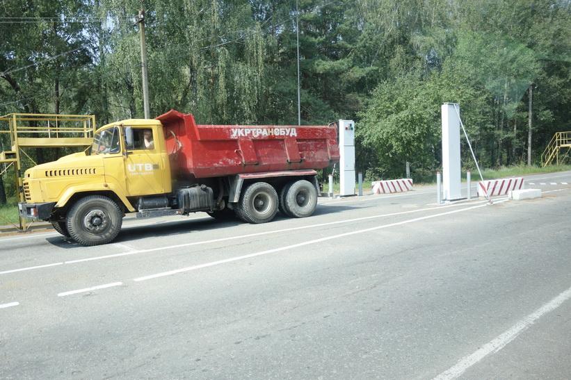 En lastbil passerar strålningskontrollen vid checkpoint för exkluderingszonen vid 10 km.