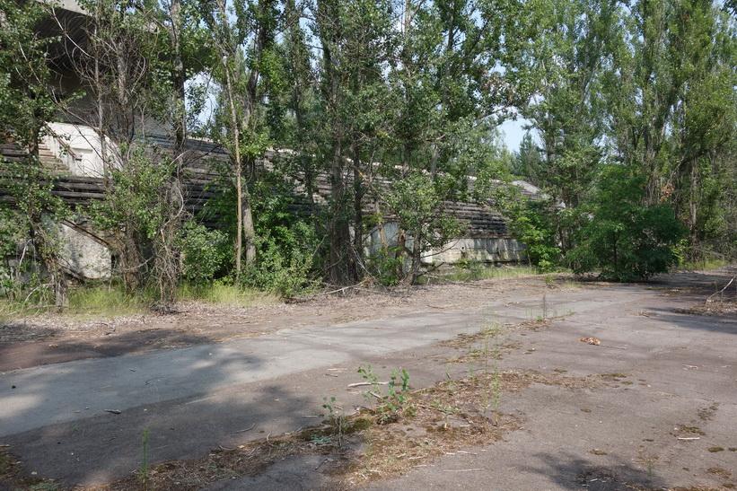 Del av löparbanan samt del av fotbollsarenans läktare, Pripyat.