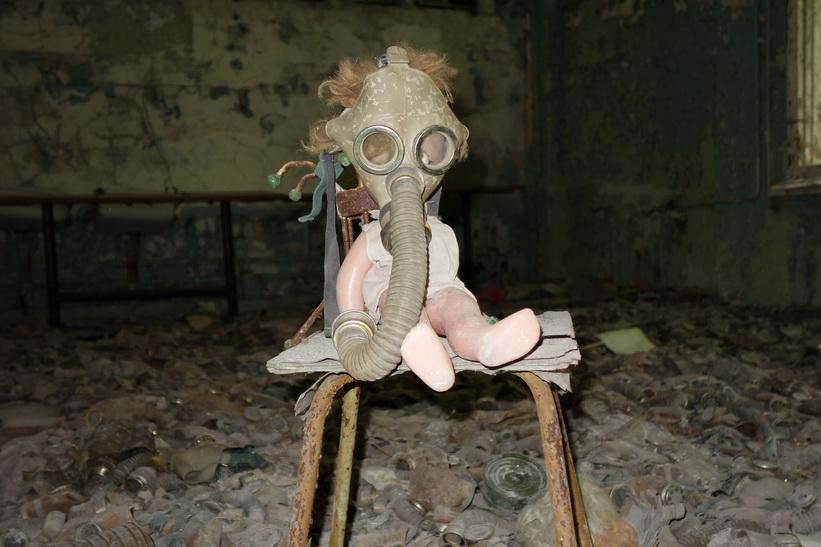 En av lektionssalarna i skolan, Pripyat. Gasmaskerna användes under övningar samt som skydd vid eventuellt krig mot USA. De hade således inget med kärnkraftsolyckan att göra.