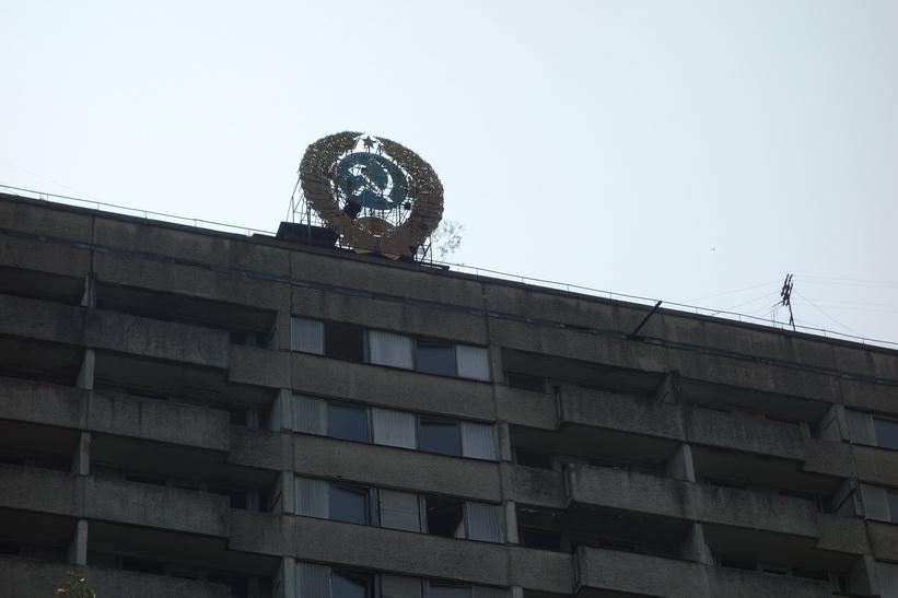 En av de byggnader som jag inte ville missa att fotografera på grund av dess sovjetemblem på taket. Det var nära att vi lämnade Pripyat utan att stanna här. Tråkigt nog stod solen precis bakom byggnaden så det blev inte så bra foto.