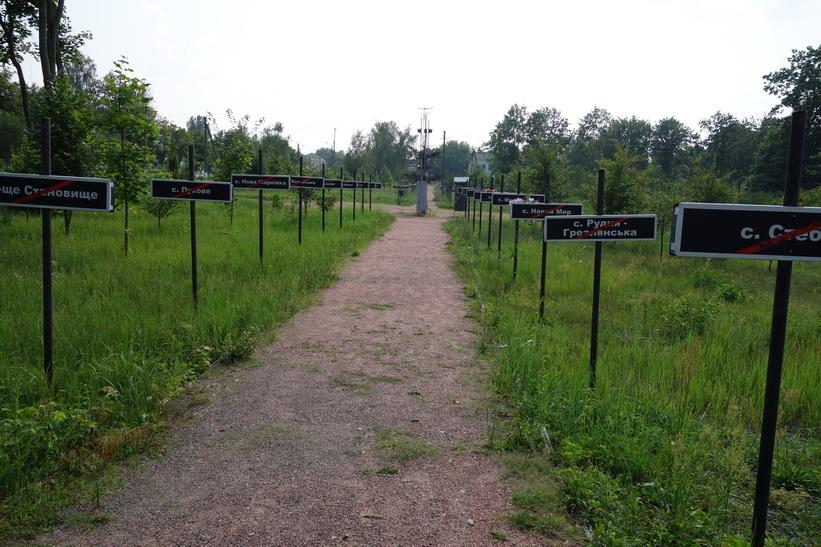 Varje skylt symboliserar en by som övergivits på grund av olyckan, Tjernobyl.