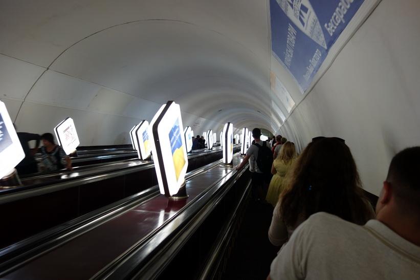 En av många otroligt långa rulltrappor i Kievs metro.