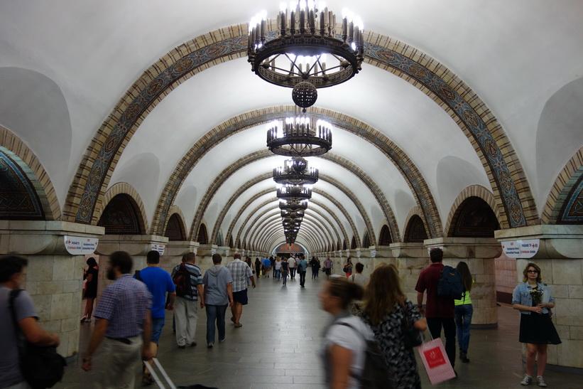 Vacker tunnelbanestation i Kiev.