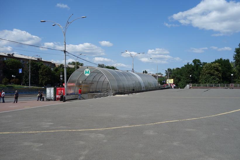 Tunnelbanestation Dorohozhychi vid Babij Jar, Kiev.