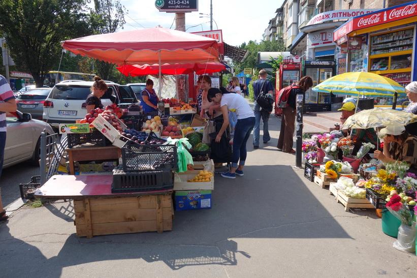 Frukt- och blomförsäljning på gatan vid Babij Jar, Kiev.