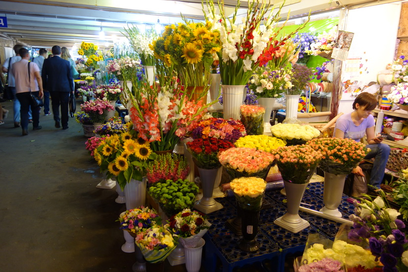 Blomförsäljning i en av Kievs många underpasses.