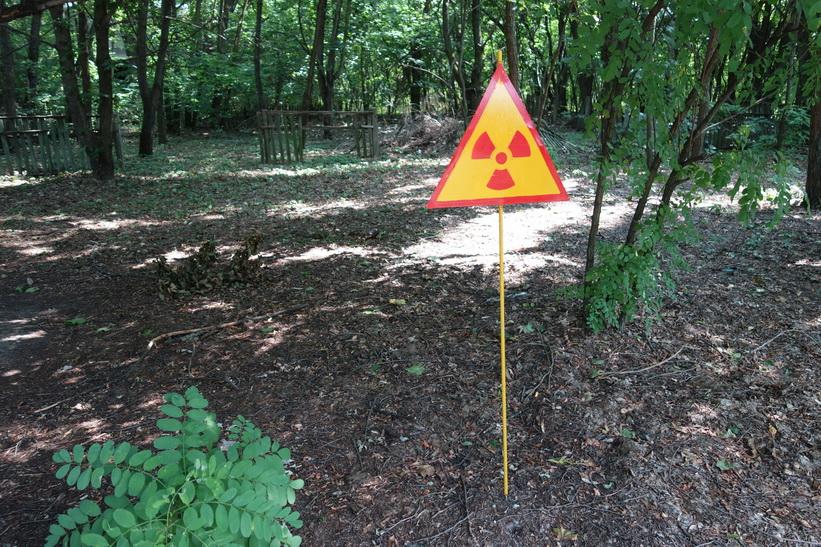 Skylt som varnar för område med förhöjd strålning i den övergivna byn Kopachi mellan staden Tjernobyl och kärnkraftverket.