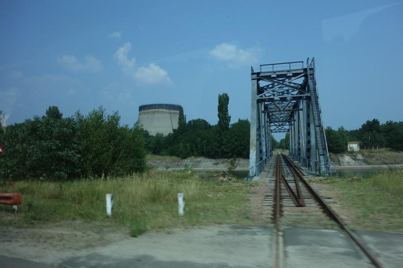 Bro över en av kanalerna vars vatten användes som kylvatten till kärnkraftverket, Tjernobyl.