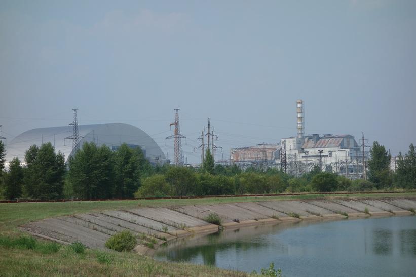 Till vänster i bild den det nykonstruerade skyddet eller sarkofagen och till höger reaktor 4. Detta var min första skymt av den havererade reaktorn i kärnkraftverket i Tjernobyl.
