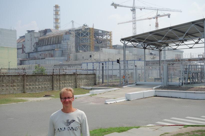 Stefan framför reaktor 4. Avståndet till reaktorn är ungefär 250 meter, Tjernobyl.