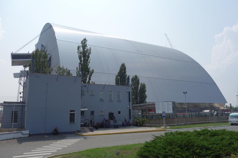 Den nya gigantiska sarkofagen är snart färdig. Det är viktigt att den snart kommer på plats. Uppskattad livslängd ligger på 100 år, Tjernobyl.