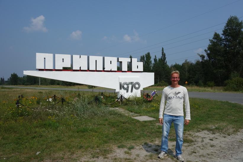 Stefan vid Pripyats stadsskylt. Båda födda 1970.