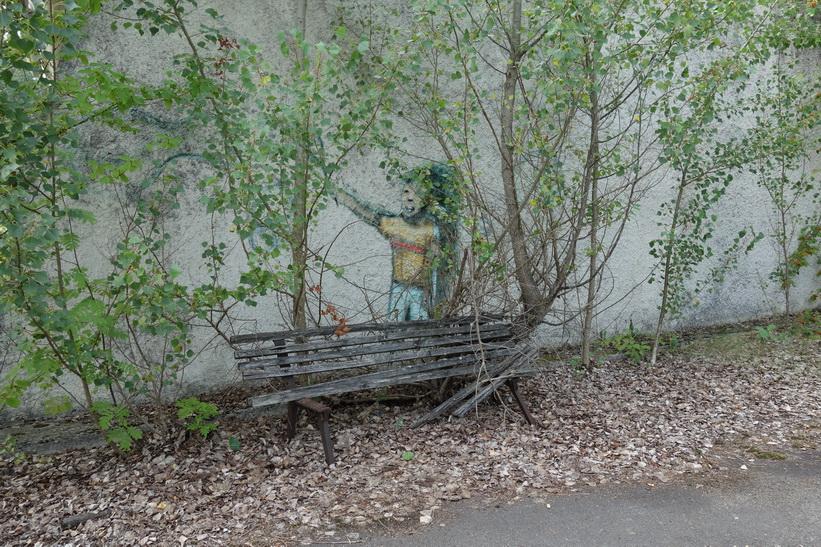 Graffiti vid parkbänk i centrala Pripyat.