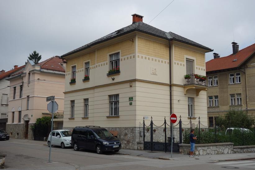 Fina bostadshus i centrala Ljubljana. Promenaden upp till Ljubljana Castle.
