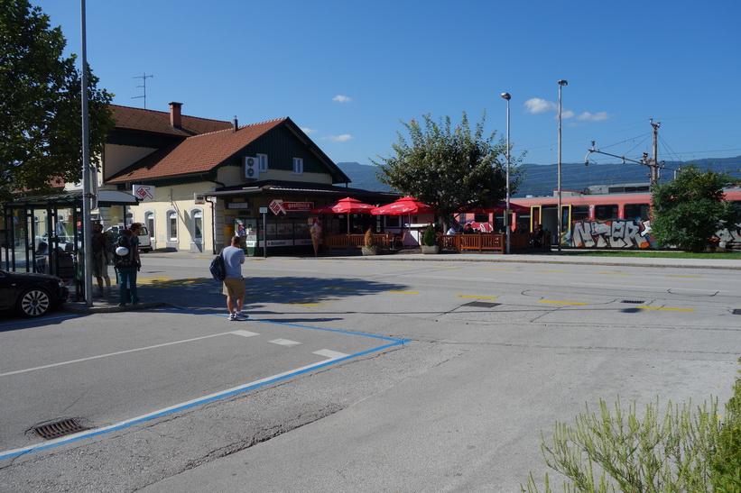 Tågstationen i Bled-Lesce. En kaffe i väntan på bussen till Kranjska Gora.