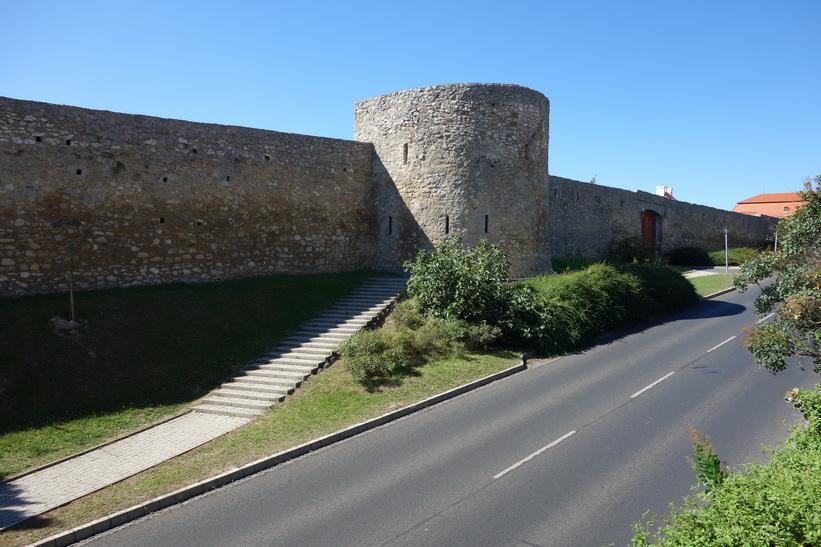 Muren runt Pécs stadskärna. På väg upp till Pécs TV-torn.
