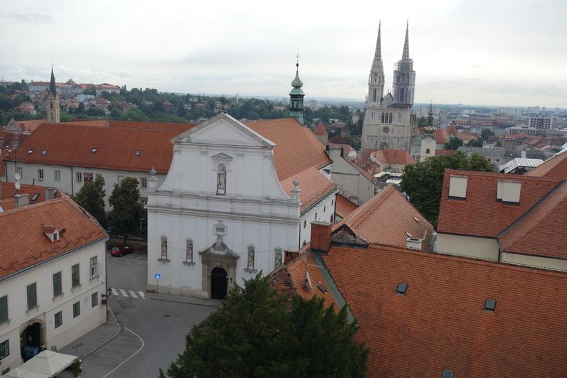 Saint Catherine Church i förgrunden och Zagrebs katedral i bakgrunden från Lotrščaktornet, Zagreb.