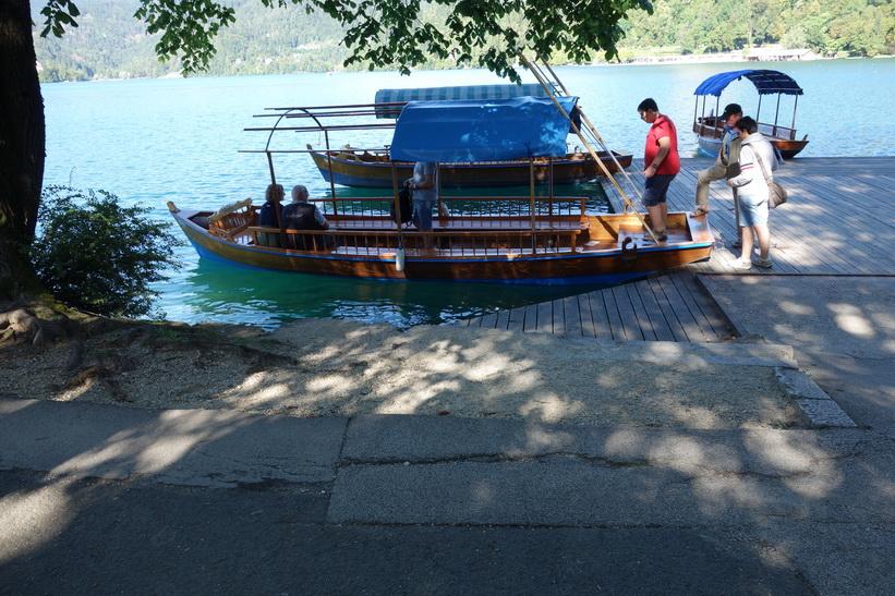 Båtar för båtturer på Lake Bled.