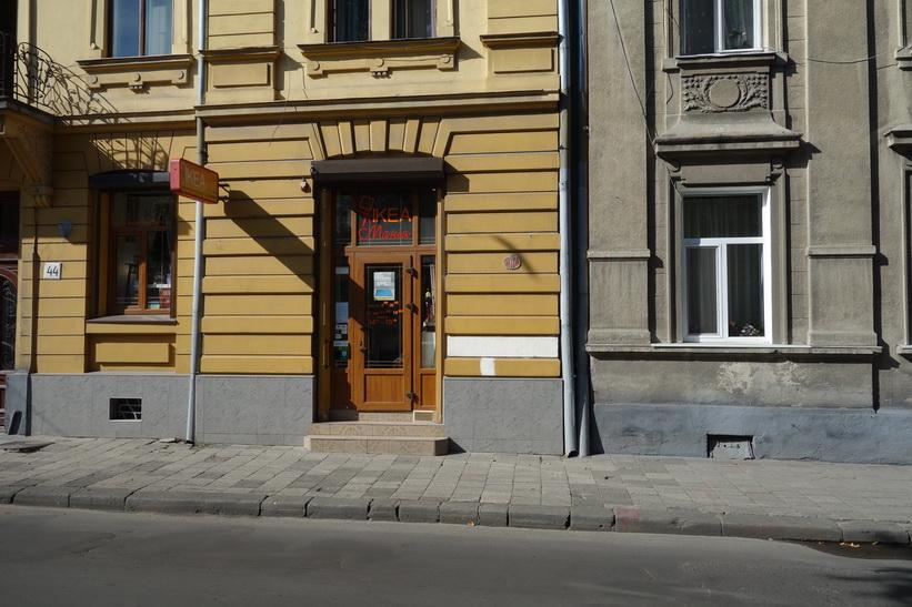 Det känns väl kanske inte helt ok med ordet IKEA på dörren till sin lilla affär. Men det kanske inte ens är en medveten namnstöld. Längs gatan Levytskoho, Lviv.