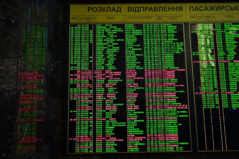 Tågavgångar på kyrilliska inne på centralstationen i Kiev.