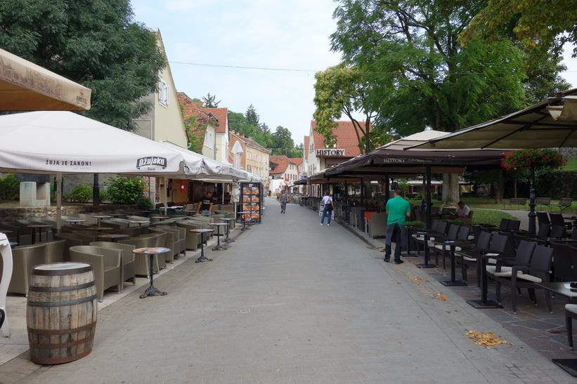 Gatan Ulica Ivana Tkalčića dagtid. Kvällstid är det en fantastisk stämning här med massvis med restauranger, Zagreb.