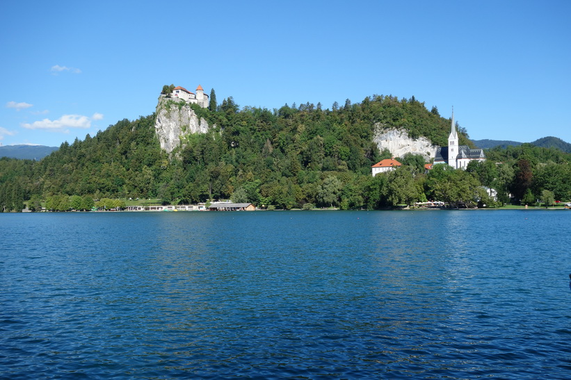 Lake Bled med Bled castle till vänster i bild.