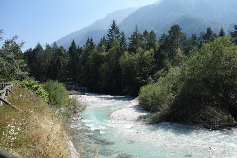 Sava river längs cykelväg D-2 mellan Kranjska Gora och Mojstrana.