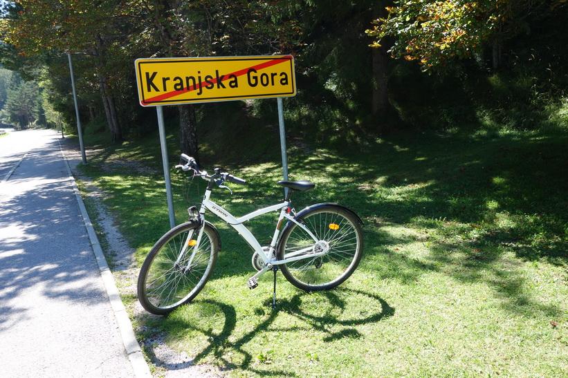 Lämnar Kranjska Gora för cyklingen upp mot Vršič Pass.