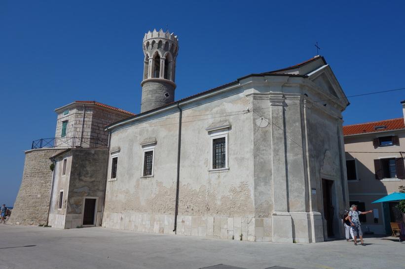 Fyren och kyrkan Cerkev Marije Zdravja, längst ut i Pirans gamla stad.