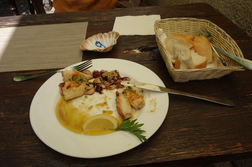 Grillad bläckfisk på en av mina favoritrestauranger i närheten av mitt boende, Fritolin Pri Cantini, Piran.
