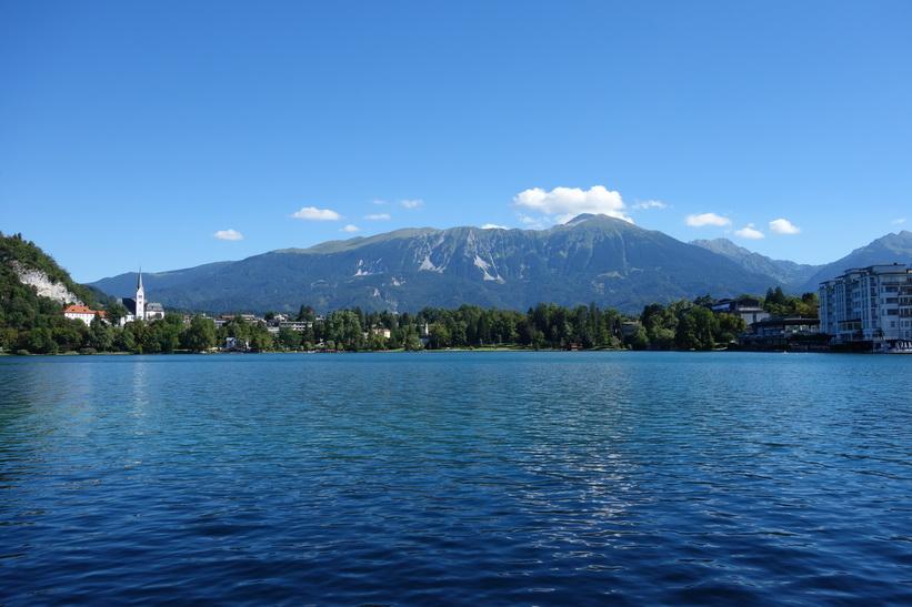 Lake Bled med staden Bled och 2000 meter höga berg i bakgrunden.