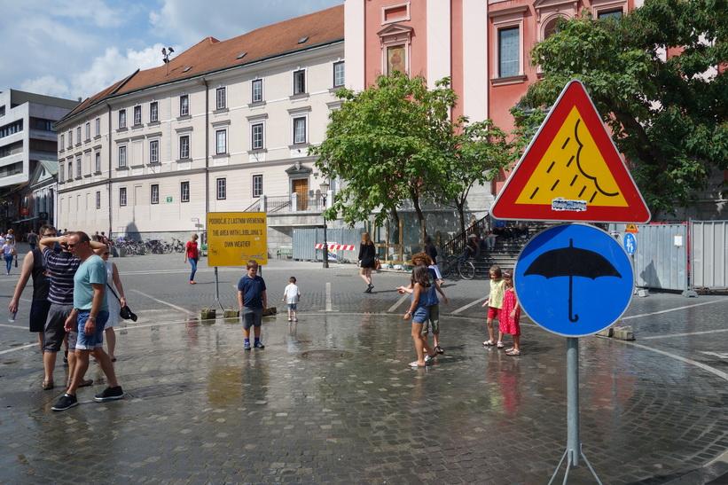 Konstgjort regn på Prešeren Square, Ljubljana.