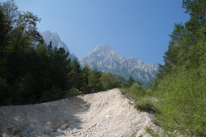 Vackra berg längs min cykling, vägen längs Vrata valley.