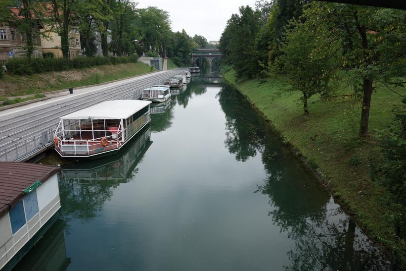 Turistbåtar i floden Ljubljanica i centrala Ljubljana.