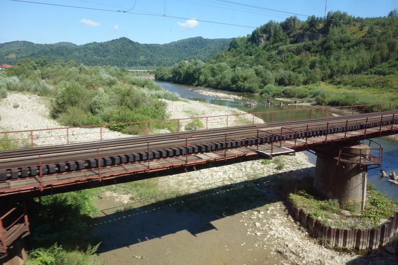 Tåget passerar mängder av gamla järnvägsbroar. Tågresan mellan Lviv och Uzhhorod.