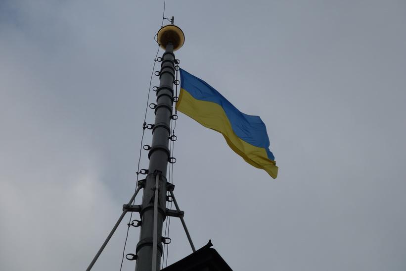 Den ukrainska flaggan uppe på stadshustornet i Lviv.