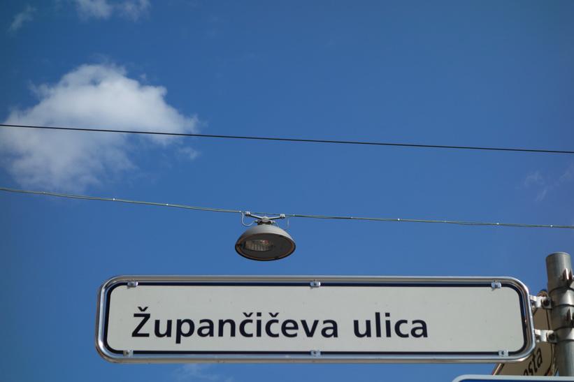 Med denna bild vill jag visa hur gatuskyltarna i Slovenien ser ut på nära håll. Dom är rejäla med rostfritt stål som ram!