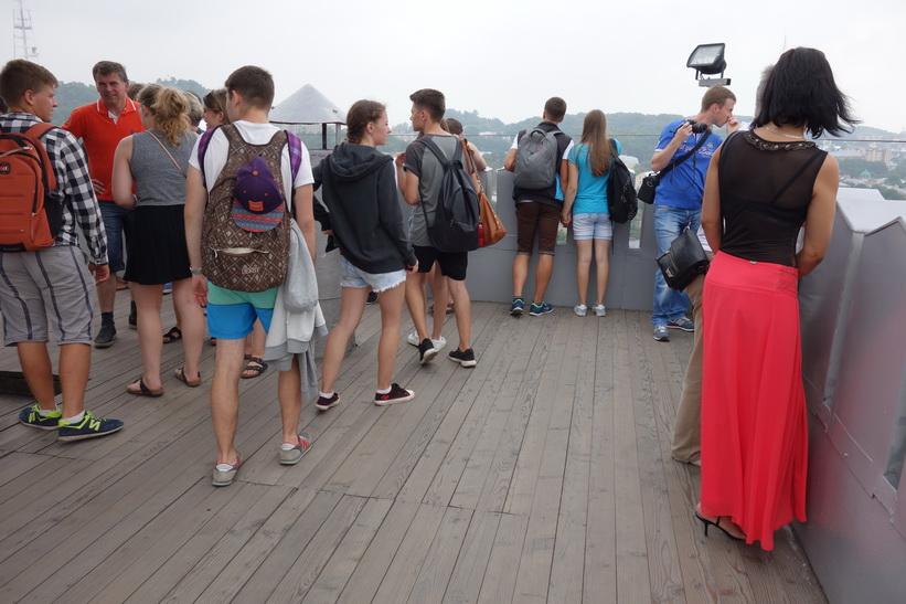 Mycket turister uppe i stadshustornet i Lviv.