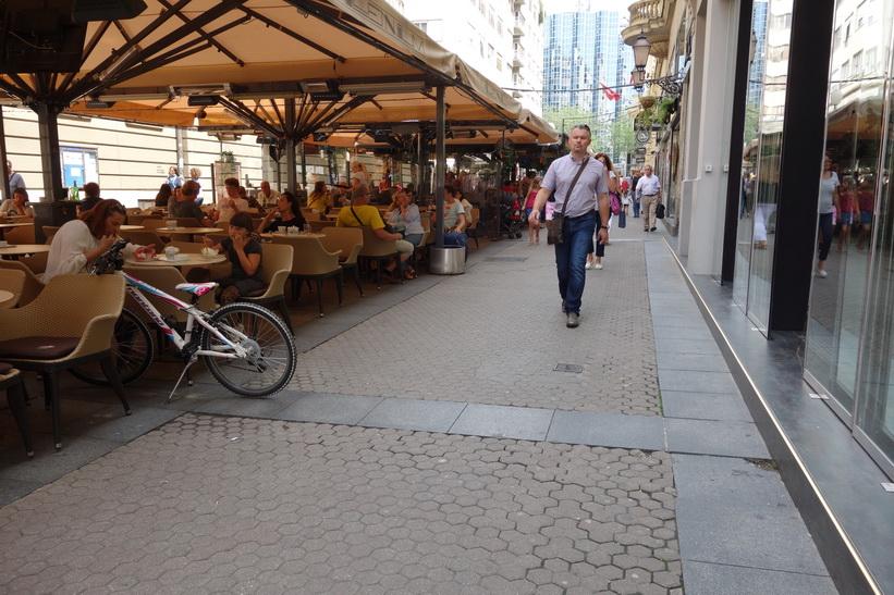Gatuscen längs gågata med restauranger i centrala Zagreb.