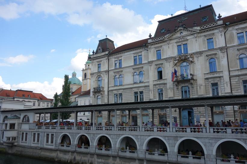 Ljubljanica-floden med Central market och Saint Nicholas Cathedral i bakgrunden, Ljubljana.